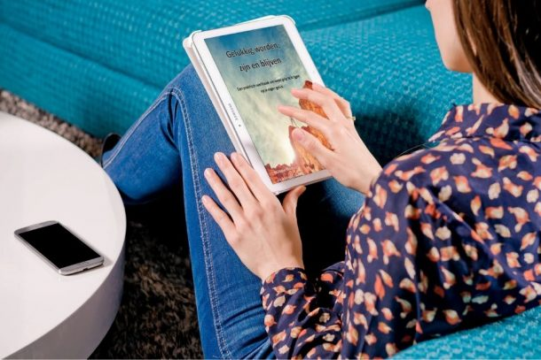 op de tablet werken aan je geluk